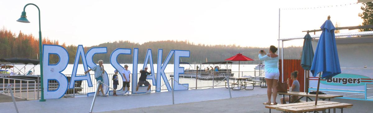 2016-bass-lake-boat-rentals-marina-bass-lake-california-family-photo-op-at-the-bass-lake-sign-001-1600-landscape-crop